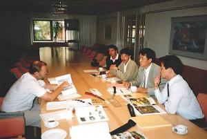 """Bert Jonsson från Exportrådet har varit med från början. Här får Bert agera """"importråd"""" när han tittar på nya produkter tillsammans med Mitsushige Sumimoto, Yoshitaka Sumimoto, Shozo Miyawaki och Hiroshi Nakanishi."""