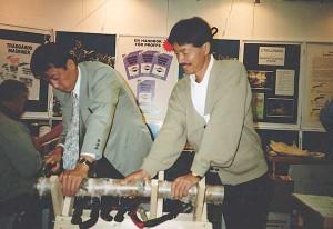 Japaner som sågar med japanska sågar. Shozo Miyawaki och Yoshitaka Sumimoto testar sågbocken. När Lars åkerström första gången såg Silky-sågarna på mässan i Köln var de inlåsta i glasmontrar.