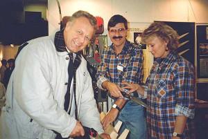 – Hej det är jag, jag vill ha en till. Så lät det en gång när berättar Cajsa Norman Åkerström lyfte luren på kontoret efter en mässa. Mötena med kunderna har alltid stått i fokus hos Grönyte-Konsult. Här syns Lars och Cajsa tillsammans med en kund på en av de första mässorna.