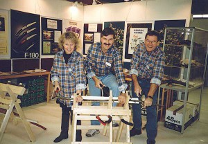 Cajsa Norman Åkerström, Lars Åkerrström och xx i enhetliga flanellskjortor i en av de första mässmontrarna.