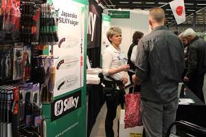 Monica hjälper kunder att välja ur sortimentet av japanska sågar mm.